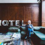 Frau in Hotel