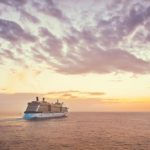 Kreuzfahrtschiff im Sonnenuntergang